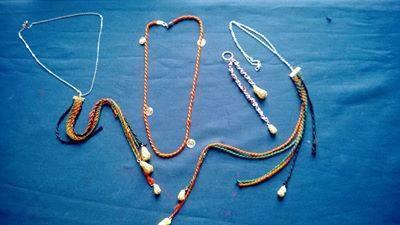 des accessoires  a base de Fils de soie et Hokhda sont des  nœuds décoratifs d'origine andalouse faite avec des fils d'argent . Brodeuse : Ftouma Alaani