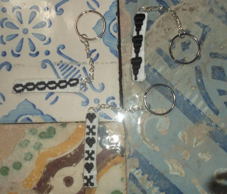 Des Porte clé avec des petites motifs de Qmejja Khala d'orgine fatimide. Brodeuse : Wahida Khwaja