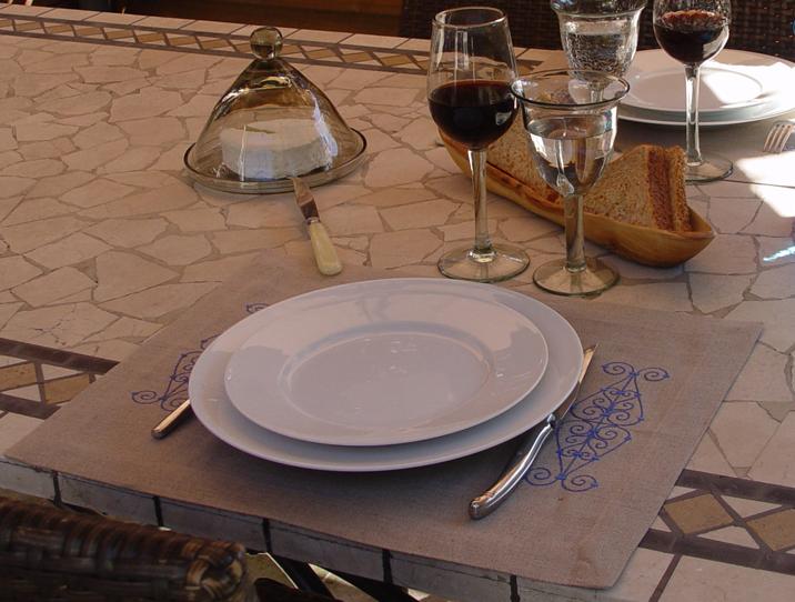 set_table_lin_brode_fer_forgé_bleu_amb