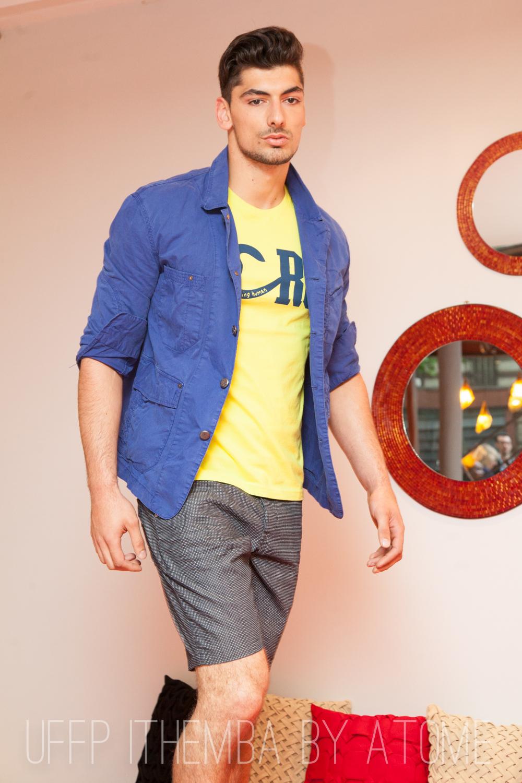 Catwalk pour Being Human julien porte un ensemble short de la griffe tirée de la fondation de Salman Khan. Star de Bollywood