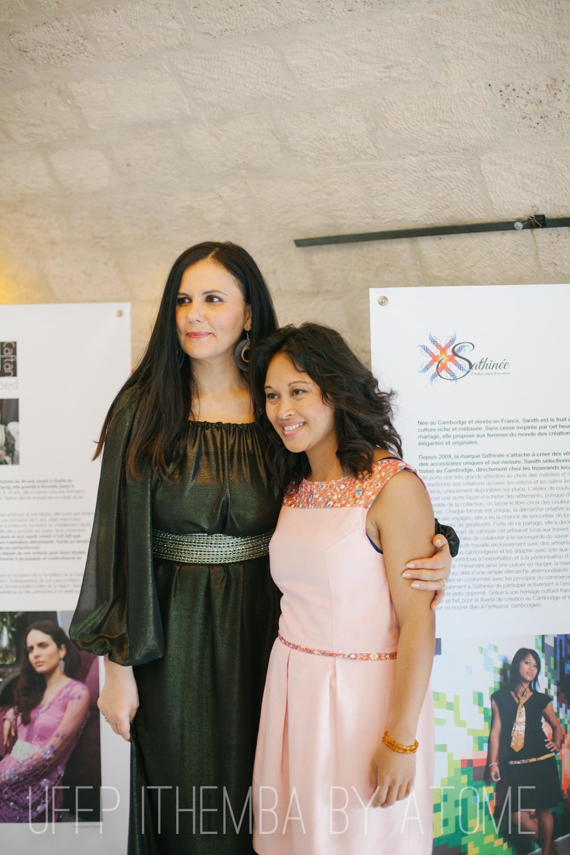 Fétiel Berraies Guigny pdte UFFP porte une robe Ouarda Helli et bo Ithemba avec la designer Sanith Nhem du Cambodge