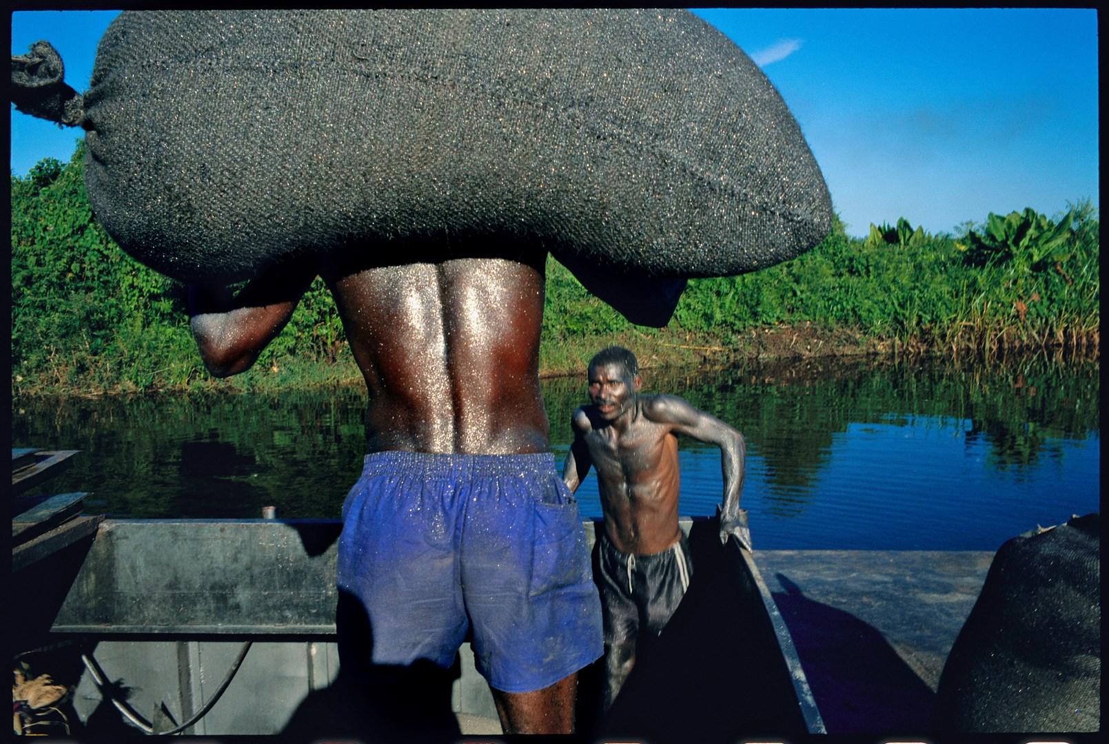 MADAGASCAR 2004 – Canal des Pangalanes. Village d¹Amarovitsy où il y a les mines de graphite des établissements Gallois, près de Vatomandry. Embarquement du graphite sur les barges, plus de 300 tonnes par mois sont produites et exportées. © Pascal Maitre / Cosmos