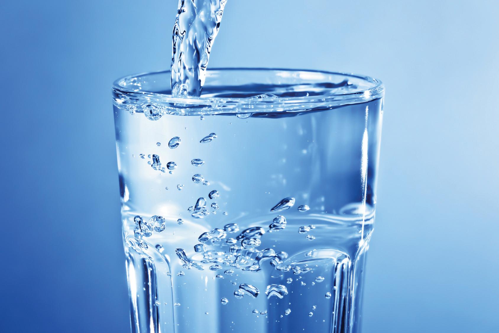 Sauberes klares Leitungswasser im Glas - Momentaufnahme