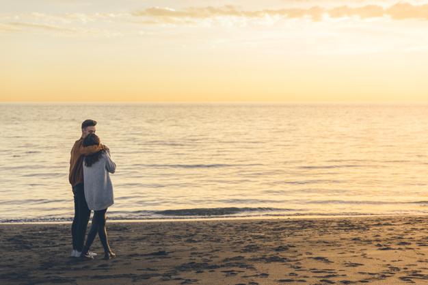 jeune-couple-etreindre-bord-mer-soir_23-2148020113
